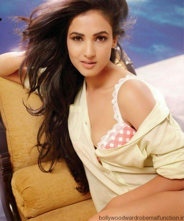 Sonal Chauhan Oops Moment Pics